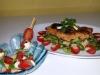 Chipsschnitzel auf Salat und marinierte Tomaten-Mozzarella-Spiesschen (Mario Schau)