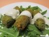 Falafel mit Sesam-Joghurt-Sauce auf Rucola