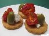 Parmesanplätzchen mit Kirschtomate, Feta und Olive