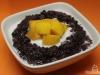 Schwarzer Kokos-Milchreis mit Mango