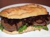 Steaksandwich mit Balsamico-Zwiebeln und Tomaten-Basilikum-Creme