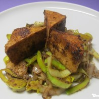 Pikant frittierter Tofu auf Lauch