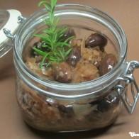 Eingelegte Oliven mit Knoblauch