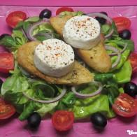 Heißer Ziegenkäse auf Salat