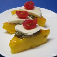 Polenta-Ecken mit Tomate und Mozzarella