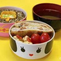 Bentô #1: Schnitzel mit Tomaten-Käse-Füllung, Sobanudeln in Sesam-Ingwer-Vinaigrette und Garnelenbrühe