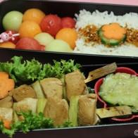 Bentô #3: Yakitori, japanischer Gurkensalat, Reis mit Karotten-Sesam-Furikake und Melone