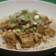 Scharfer Erdnuss-Sesam-Tofu